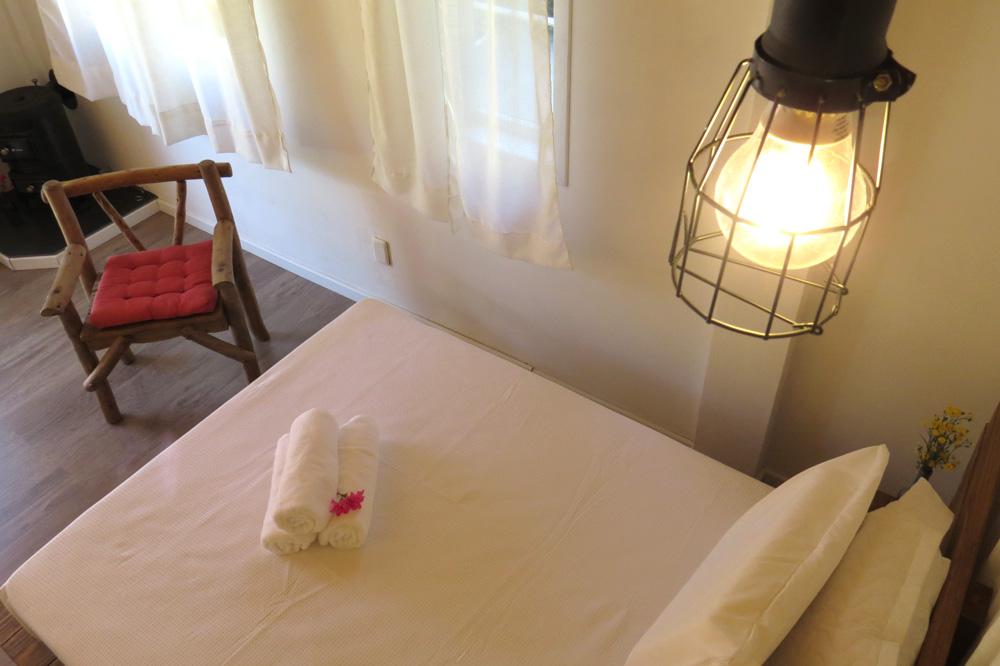 Casa Enxaimel no sitio Pedras Rollantes em Alfredo Wagner, na foto aparece cama do Estudio Poente.