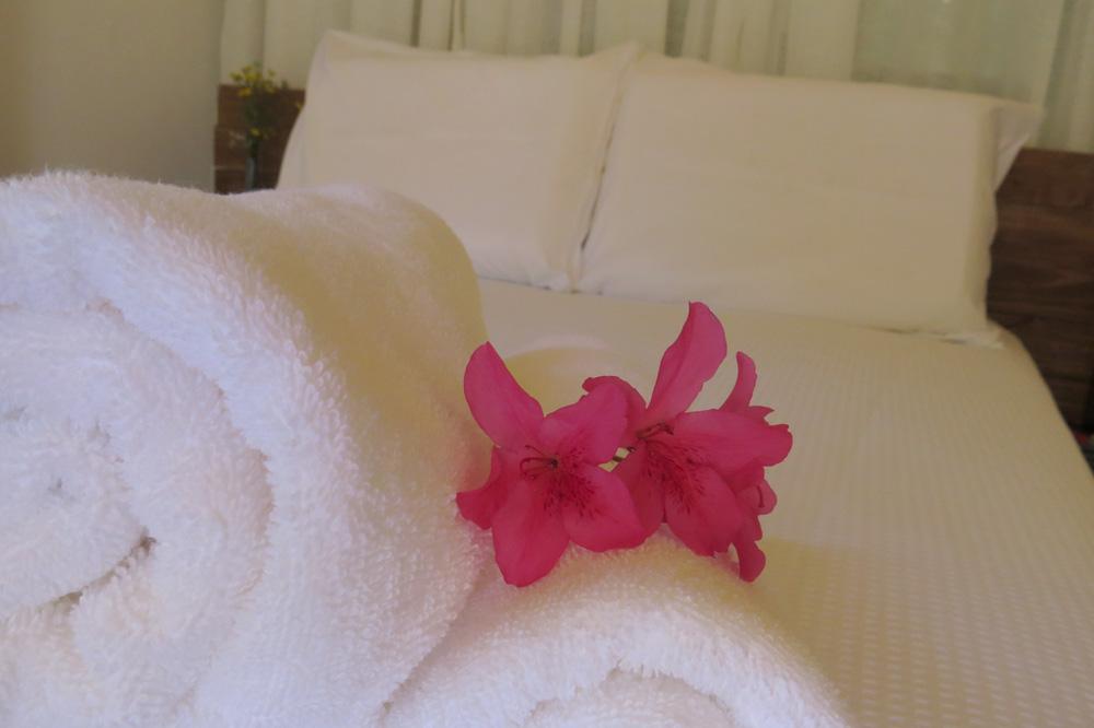 Casa Enxaimel no sitio Pedras Rollantes em Alfredo Wagner, na foto toalha na cama do Estudio Nascente.