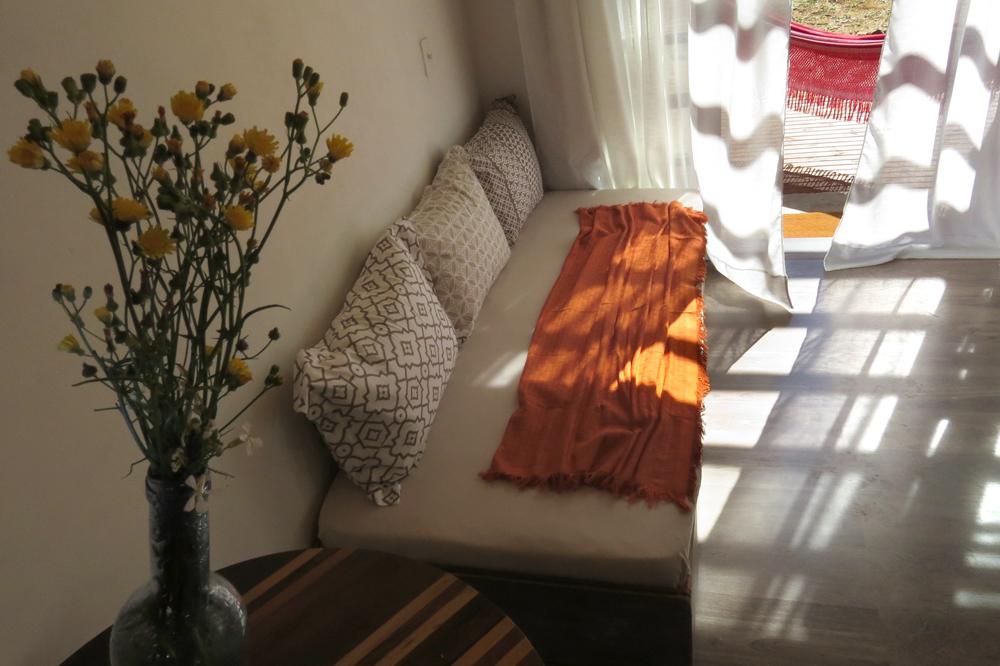Casa Enxaimel no sitio Pedras Rollantes em Alfredo Wagner, na foto aparece sala do Estudio Nascente.