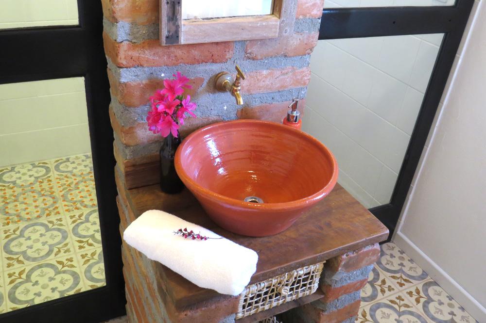 Casa Enxaimel no sitio Pedras Rollantes em Alfredo Wagner, na foto banheiro do Estudio Nascente.