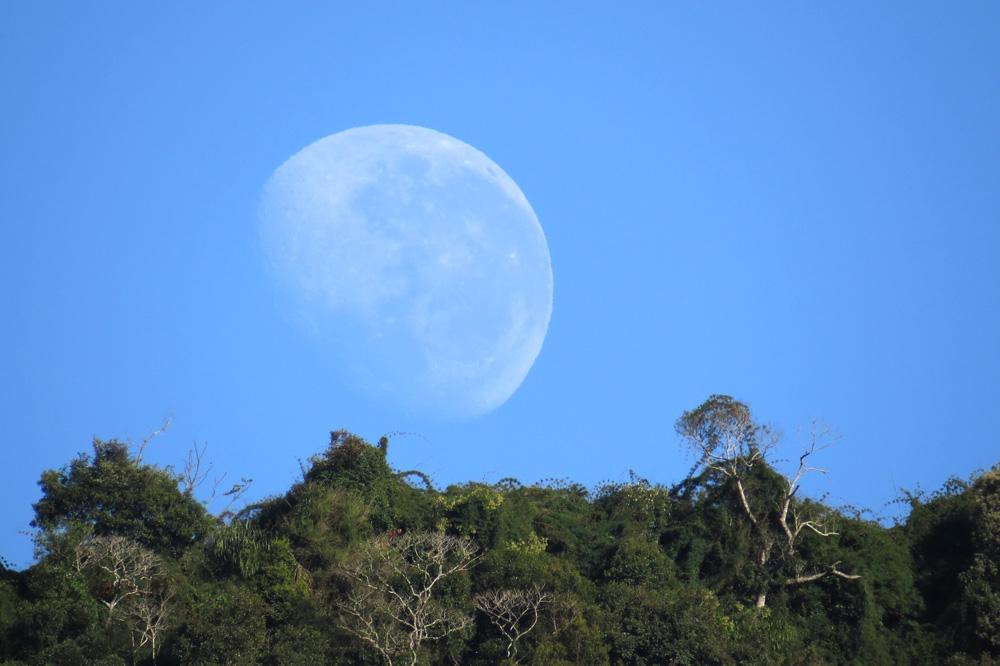 Lua no poente no sitio Pedras Rollanrtes em Alfredo Wagner.
